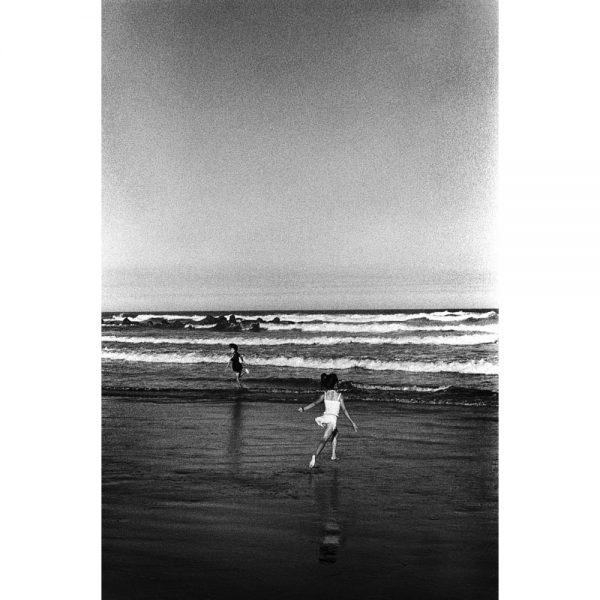 九十九里浜の海岸で走る少女。千葉県九十九里浜、2010年。©Toru Morimoto/Akashi Photos