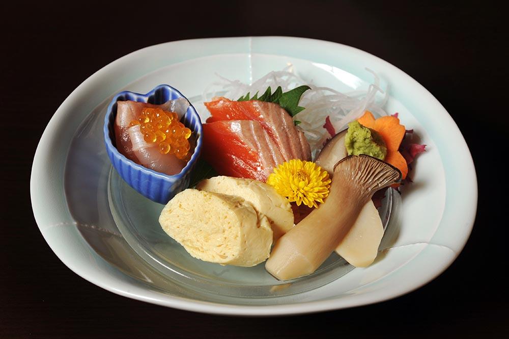 kaiseki food at ryokan, photo tout to Japan